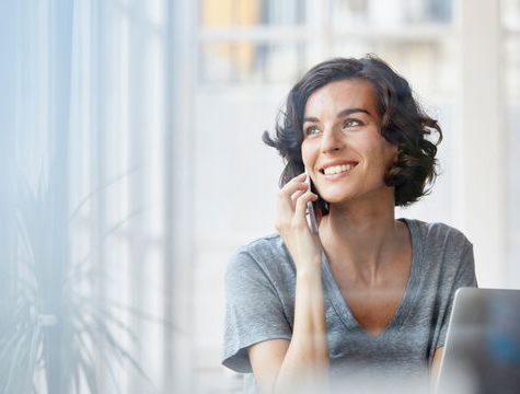 Photo de la femme qui regarde par la fenêtre